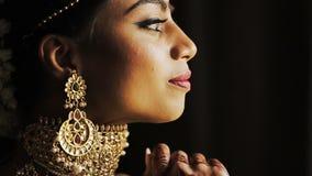 La novia india toca las pulseras ricas en su wirst metrajes