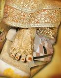 La novia india toca su dedo del pie a la ceremonia de piedra de los rituales fotografía de archivo libre de regalías