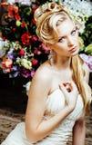 La novia joven de la belleza solamente en interior de lujo del vintage con muchas flores se cierra para arriba fotos de archivo libres de regalías