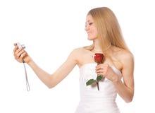 La novia joven hace el autorretrato por la cámara portable Imagen de archivo