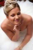 La novia joven se vistió en la sentada blanca en suelo Foto de archivo libre de regalías