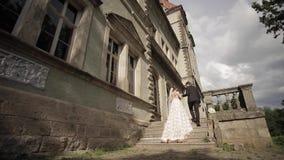 La novia lleva al novio en el castillo El caminar feliz de los recienes casados metrajes