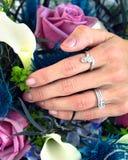 La novia lleva dos anillos Fotos de archivo