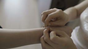 La novia lleva la joyería de la boda, puso la pulsera en la muñeca almacen de video