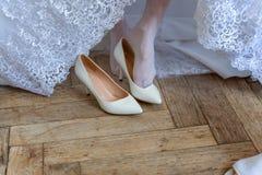 La novia lleva los zapatos imagen de archivo libre de regalías