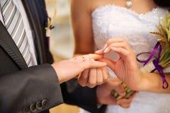 La novia lleva un anillo de bodas Imagen de archivo
