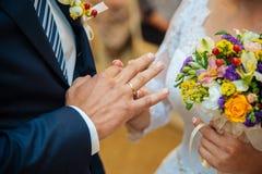 La novia lleva un anillo de bodas Foto de archivo libre de regalías