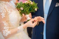 La novia lleva un anillo de bodas Fotografía de archivo