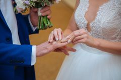La novia lleva un anillo de bodas Fotos de archivo