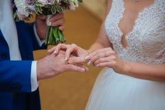 La novia lleva un anillo de bodas Imagenes de archivo