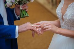 La novia lleva un anillo de bodas Imagen de archivo libre de regalías