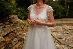 la novia miraba el anillo mientras que esperaba al novio entusiasmo antes de la primera reunión foto de archivo libre de regalías
