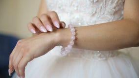 La novia pone el collar en su brazo almacen de metraje de vídeo