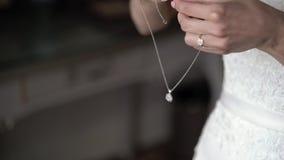 La novia puso el collar almacen de metraje de vídeo