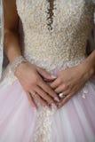 La novia que lleva el vestido de boda exquisito y los accesorios lujosos, alista para el día grande Imagen de archivo libre de regalías