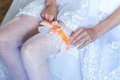 La novia que pone en la liga fotos de archivo libres de regalías