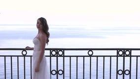 La novia que se coloca en un balcón en el fondo del mar metrajes