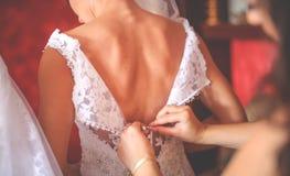 La novia se está preparando para la ceremonia que se casa fotografía de archivo libre de regalías