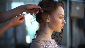 La novia se sienta en un estudio hermoso y se hace su pelo almacen de metraje de vídeo