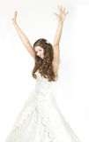 La novia sonriente levantó las manos para arriba y la sonrisa feliz. Imagen de archivo