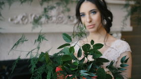 La novia sostuvo el ramo de la boda en sus brazos metrajes