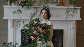 La novia sostuvo el ramo de la boda en sus brazos almacen de video