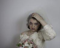 La novia subrayada lleva a cabo su cabeza Imágenes de archivo libres de regalías