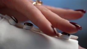 La novia toca los botones con sus manos en el vestido que se casa metrajes