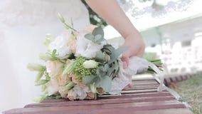 La novia toma su ramo de la boda almacen de metraje de vídeo