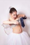 La novia traviesa scissor un lazo del novio Fotos de archivo