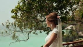 La novia va a la terraza abierta Ceremonia de boda en la playa de las Filipinas almacen de metraje de vídeo