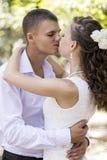 La novia y el novio admiran Imagen de archivo libre de regalías