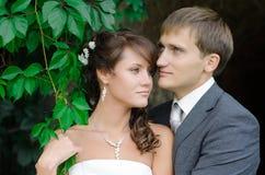La novia y el novio al aire libre parquean el retrato del primer Foto de archivo