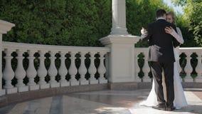 La novia y el novio bailan al aire libre en día soleado almacen de metraje de vídeo