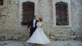 La novia y el novio en la boda bailan 4k al aire libre almacen de video