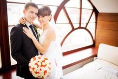 La novia y el novio en la habitación imágenes de archivo libres de regalías