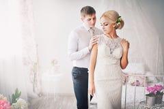 La novia y el novio en interior brillante Fotos de archivo libres de regalías