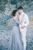 La novia y el novio en naturaleza en verano boda imagenes de archivo