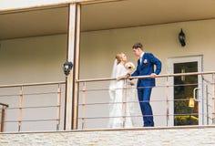 La novia y el novio en un balcón imágenes de archivo libres de regalías