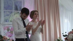 La novia y el novio en un banquete aceptan enhorabuena almacen de video