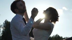 La novia y el novio están teniendo la diversión y risa almacen de video