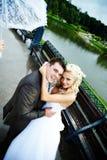 La novia y el novio felices en la boda recorren en parque Imágenes de archivo libres de regalías