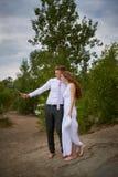 La novia y el novio hacen selfi que caminan en día de boda foto de archivo libre de regalías