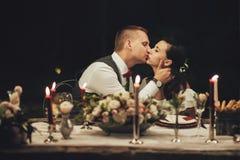 La novia y el novio La noche por la luz de fuegos artificiales fotos de archivo