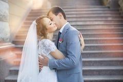 La novia y el novio para una caminata imagenes de archivo