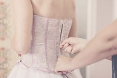 La novia y el novio Place florece tarjetas con el ramo en la recepción nupcial Foto de archivo libre de regalías