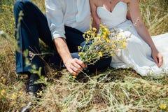 La novia y el novio se divierten durante el día Fotos de archivo