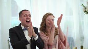 La novia y el novio se divierten en el banquete que se casa Pares que se casan cariñosos jovenes en tienda almacen de metraje de vídeo