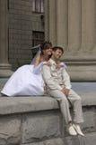 La novia y el novio se está sentando Fotos de archivo