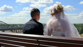 La novia y el novio se sientan cómodamente la visión almacen de video